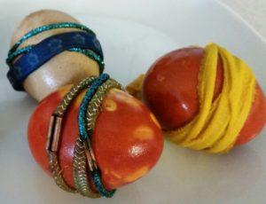 Färgade ägg med snoddar